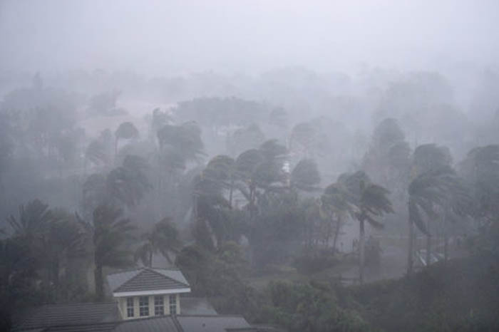 """Vientos y lluvias de """"Irma"""" estremecen Florida"""