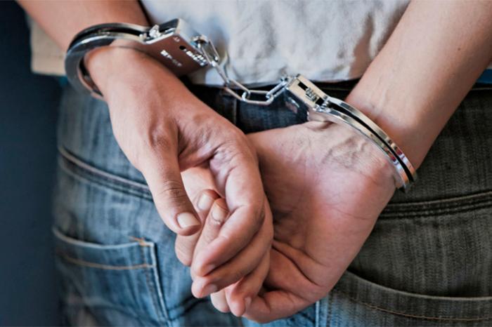 esposas detenido