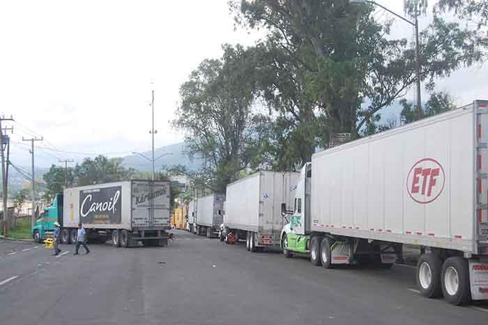 Se cumplen tres días de la movilización de aguacateros en Uruapan; no hay visos de solución