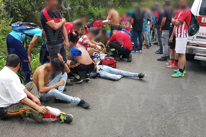 Diez jóvenes deportistas lesionados luego de aparatoso accidente en Los Reyes, Michoacán