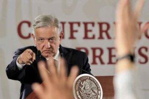 """El presidente Andrés Manuel López Obrador aseguró que el exmandatario Felipe Calderón Hinojosa """"entregó"""" 26 millones de hectáreas a empresas mineras extranjeras y advirtió que en México """"nunca más"""" va a regresar la política entreguista."""