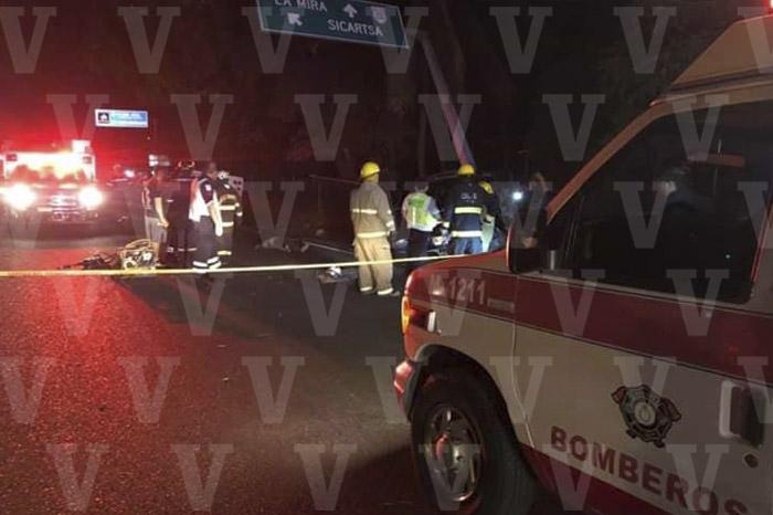 LAZARO CARDENAS Mueren dos hombres al chocar camioneta contra poste (1)