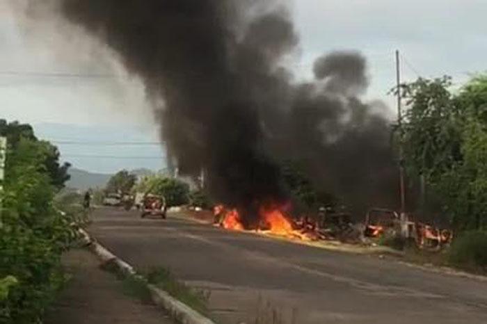 Estados: Rinden homenaje a policías asesinados en Michoacán